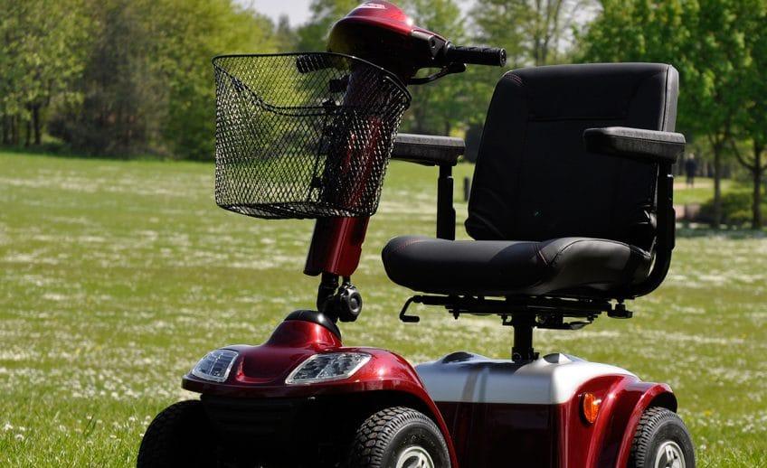 228de20036ccbb B bei einer Einschränkung im Bewegungsmuster kann ein Rollator  Unterstützung bieten. Rollstühle können geschoben werden